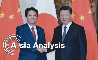 日中関係改善の「証し」として、中国の「一帯一路」構想に日本が協力する枠組みは固まったが……(10月26日、北京で首脳会談に臨んだ安倍首相=左=と中国の習近平国家主席)=浦田晃之介撮影