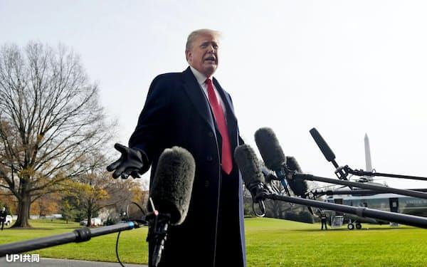 8日、ワシントンで報道陣の質問に答えるトランプ米大統領=UPI共同