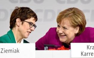 クランプカレンバウアー氏(左)がキリスト教民主同盟(CDU)党首に選出されたことで、旧東ドイツの人は同地域出身のメルケル氏を惜しむようになるのだろうか=ロイター