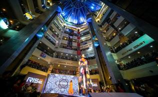 ダッカにある大型複合商業施設「ジャムナフューチャーパーク」で開かれたファッションショー=小高顕撮影