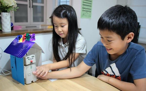 家庭用ロボットのボッコを持って遊ぶ子供ら(仙台市)