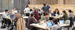 東京・渋谷のイベントスペースでプログラミングを学ぶシニアたち。アプリやAR(拡張現実)の制作に取り組む=寺沢将幸撮影