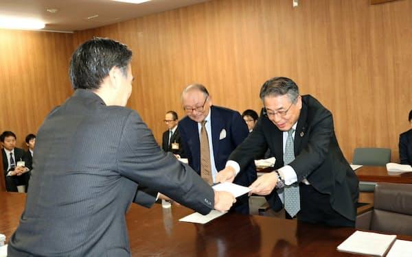 県経営者協会の山浦会長(右)から要望書を受け取る阿部知事