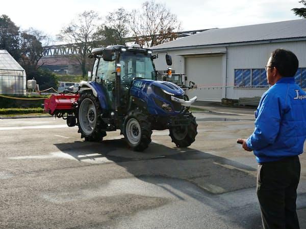 井関農機が発売した無人トラクター(12日、つくばみらい市の研究所)