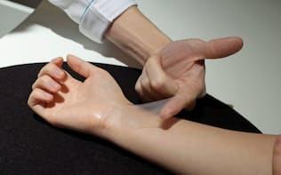 肌に極薄膜を貼り付けて化粧品成分を均一に保持したり肌の悩みを隠したりできる