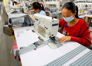 中国からの生産シフトの動きが加速しそうだ(ベトナムの衣料品の生産拠点)=ロイター