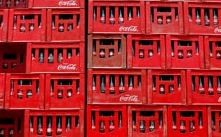 コカ・コーラはナイジェリアで増産態勢体制に入った(首都アブジャで積まれたケース)=ロイター