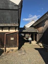 ホテルに改修する古民家の玄関(13日午前、岐阜県美濃市)