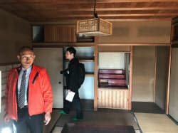 古民家の内部も関係者らに公開された(左はみのまちやの辻晃一社長)=13日午前、岐阜県美濃市
