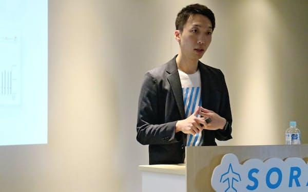 ホテル料金設定ツールと市場分析ツールの統合について説明する空の松村大貴社長(12日、東京都千代田区)