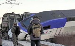 平昌五輪期間中に事故が起きていれば国際問題に発展しかねなかった(8日、韓国北東部の江陵で脱線した高速鉄道KTX)=聯合・共同
