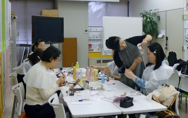 自分らしい表現をするためのメーク講習(岡山大学提供、一部画像を処理しています)