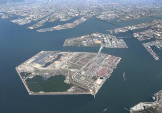 2025年大阪万博の会場になる夢洲(手前)=大阪市此花区