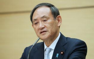 インタビューに答える菅官房長官(10月、首相官邸)
