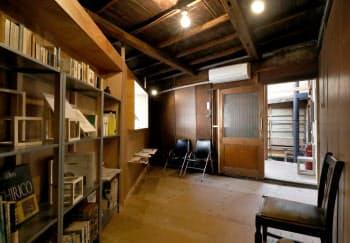 劇団維新派の資料を常設展示する「維新派資料部屋」(大阪市住之江区の千鳥文化)