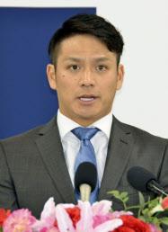 契約更改交渉を終え、記者会見する広島の田中広輔内野手(13日、マツダスタジアム)=共同