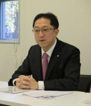 記者会見するクスリのアオキHDの青木社長(13日、金沢市)
