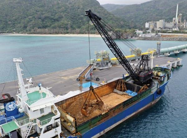 米軍普天間基地の沖縄県名護市辺野古への移設工事で、土砂が積み込まれる船=12月5日、沖縄県名護市安和(小型無人機から=共同)