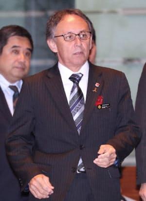 菅官房長官との会談に臨む沖縄県の玉城知事(13日午後、首相官邸)