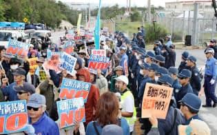 キャンプ・シュワブのゲート前で抗議する人たち(14日午前、沖縄県名護市)