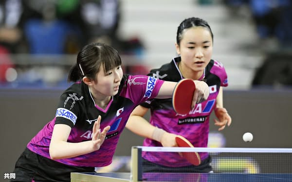 女子ダブルス準決勝でプレーする早田(左)、伊藤組(14日、仁川)=共同