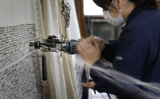 フックガンで糸を緻密に打ち込んでいく(京都府京丹後市の丹後テクスタイル)