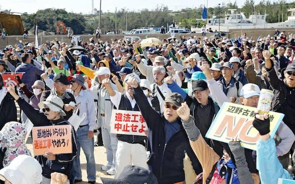 米軍普天間基地移設先近くの砂浜で抗議する人たち(14日、沖縄県名護市)