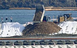 辺野古沿岸部に次々と投入される埋め立て用土砂(14日、沖縄県名護市)=共同