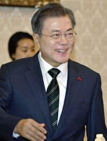韓国の大統領府で日韓議員連盟を出迎える文在寅大統領(14日)=共同