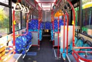 車内の通路後方にある段差を解消したフルフラットバスを都営バスに導入する
