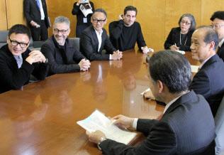 大森市長を表敬訪問したピエール・ユイグ氏(左から2番目)=14日、岡山市役所