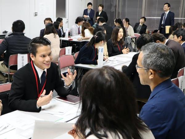 留学生への情報発信が課題だ(11月、福岡よかトピア国際交流財団が催した地元企業と留学生のマッチングイベント)