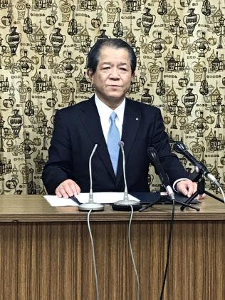 愛媛経済同友会の次期代表幹事に就く愛媛銀の西川頭取(14日、松山市)