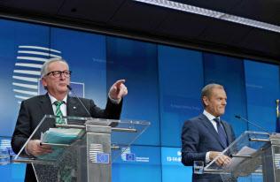記者会見するEUのユンケル欧州委員長(左)とトゥスク大統領(右)(13日、ブリュッセル)=ロイター通信
