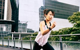 活動量計をつけて運動する女性も増えている