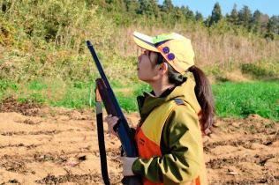 渡辺さんは猟を始めて2年目。獲物が出ないか上空を警戒する(11月26日、茨城県土浦市)