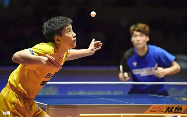 男子シングルス準々決勝で張禹珍(右)に快勝し、4強入りした張本智和(14日、仁川)=共同