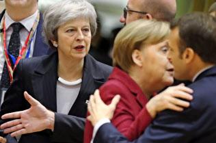メイ英首相(左)の要求をメルケル独首相(中)、マクロン仏大統領(右)は拒んだ=AP