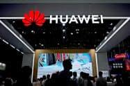 スプリントとTモバイルはファーウェイ製品を排除する(中国・上海で開かれた見本市)=ロイター