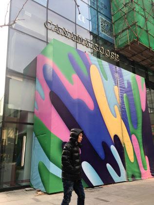 開業を延期したカナダグースの北京の店舗(15日午前、北京市)