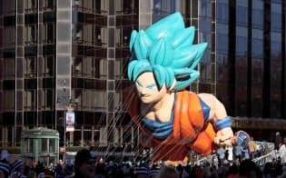 11月、米感謝祭での恒例パレードには人気アニメ「ドラゴンボール」劇場版の米公開に先立ち、キャラクター風船が登場した(ニューヨーク)=ロイター