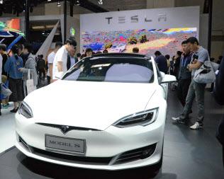 米テスラは中国で人気を取り戻せるか(北京国際自動車ショー、5月)