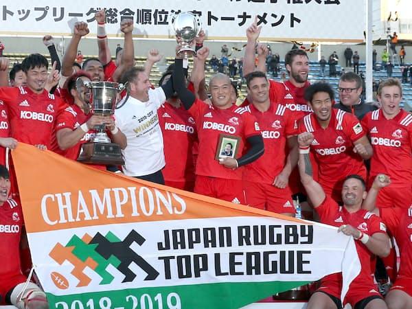 18大会ぶりに日本選手権を制し、喜ぶ神戸製鋼フィフティーン