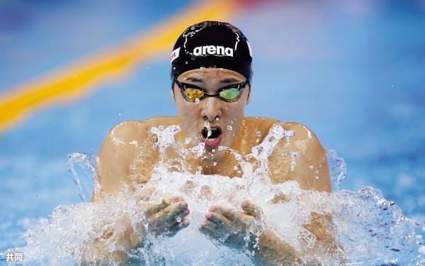 男子400メートル個人メドレー決勝 優勝した瀬戸大也の平泳ぎ(15日、杭州)=共同
