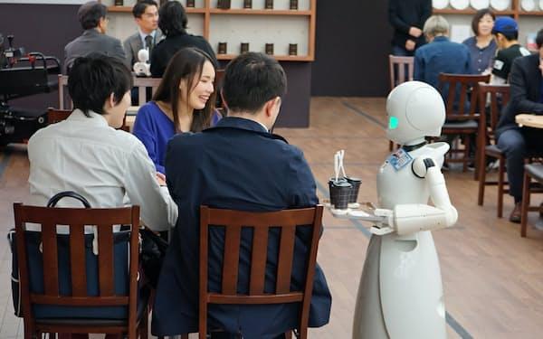 床に貼った磁気テープの上をロボットが移動し、各テーブルに注文があった飲み物を届ける