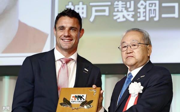 ラグビー・トップリーグの年間表彰式で、MVPに選ばれ笑顔を見せる神戸製鋼のダン・カーター=左(16日、東京都内のホテル)=共同