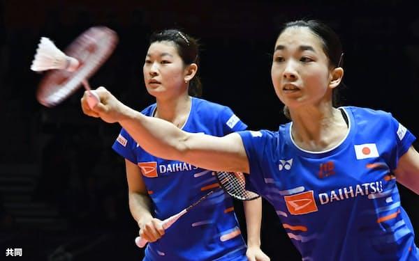 女子ダブルス決勝 韓国組と対戦する高橋礼(左)、松友組(16日、広州)=共同