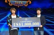 優勝し、100万ドルの賞金を獲得したふぇぐ選手(左)(16日、千葉市)