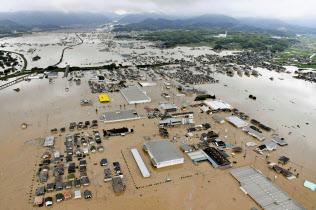西日本豪雨で浸水した岡山県倉敷市真備町地区(7月)=共同