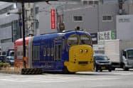 清輝橋線から岡山駅前方面に向かう「おかでんチャギントン電車」(17日、岡山市)